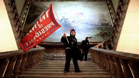 Trump-Anhänger schwenkt eine Fahne am 6. Januar im Treppenhaus des Kapitols