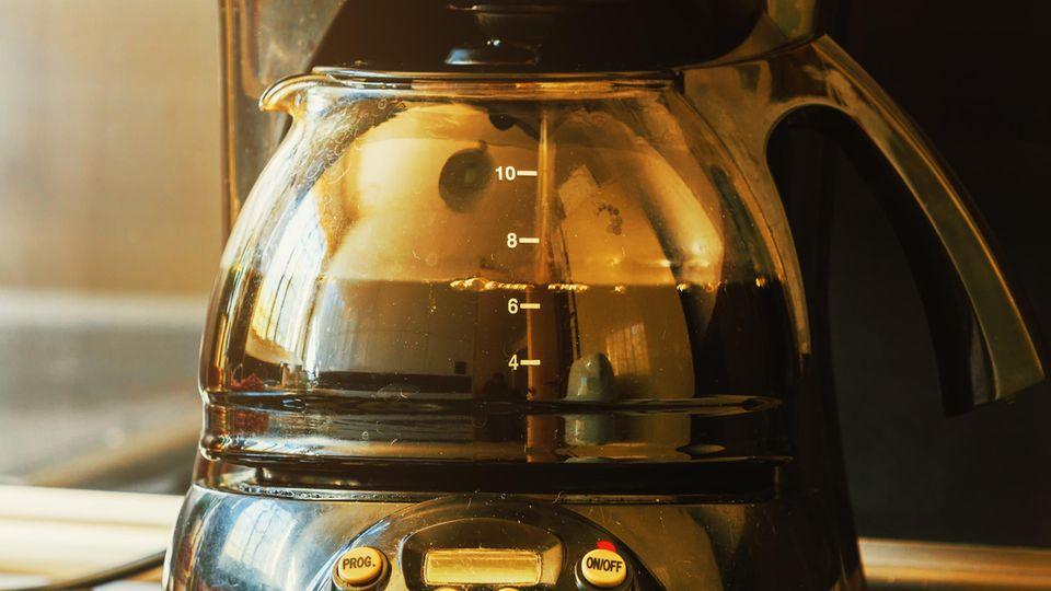 Kaffeemaschine reinigen: Kaffee läuft in eine Glaskanne