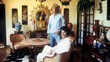 """Siegfried Fischbacher aus Rosenheim und Roy Horn aus Nordenham begeistern mit ihren Zaubertricks die ganze Welt. Die beiden lernten sich 1960 auf dem Kreuzfahrtschiff """"Bremen"""" kennen - und lieben. Aus den beiden Zauberkünstlern wird das Magierduo Siegfried und Roy. 1978 lassen sie Kameraleute in ihre Villa in Las Vegas."""
