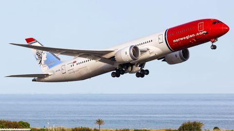 Eine Boeing 787-9 Dreamliner von Norwegianstartet am Flughafen Barcelona in Katalonien zu einem Langstreckenflug