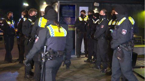 Nachrichten aus Deutschland: ein Dutzend Beamte der Hamburger Polizei stehen vor einer Shisha-Bar