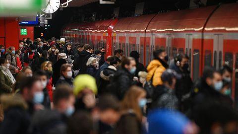 Kommt der Shutdown? Menschen steigen in eine eingefahrene U-Bahn