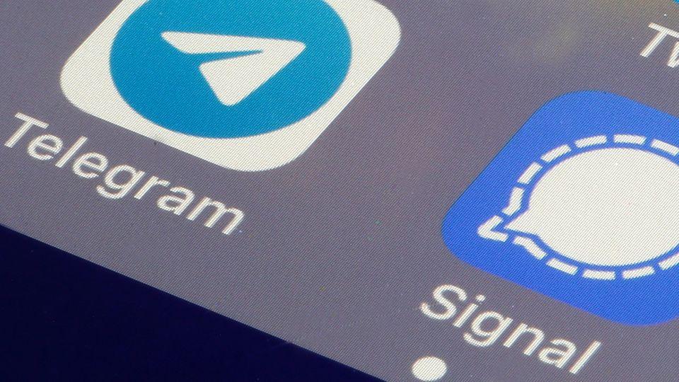 Die Apps Telegram und Signal auf einem Smartphone