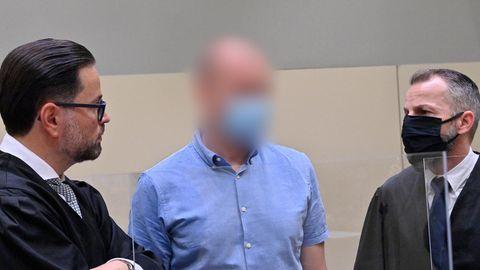 Der Angeklagte Mark S.(M) steht beim Beginn des Prozess mit seinen Anwälten zusammen