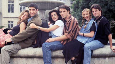 """Die Darsteller der Serie """"Friends"""" sitzen an einem Brunnen"""