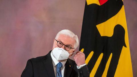 Bundespräsident Frank-Walter Steinmeier nimmt seine Maske ab