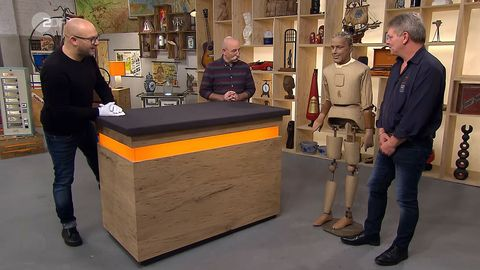"""""""Bares für Rares""""-Händler Sven Deutschmanek (l.) und Moderator Horst Lichter freuen sich über die ungewöhnliche Schaufensterpuppe von Jogi Heinze."""