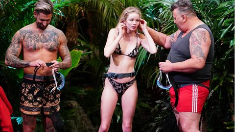 """Ausziehen, alle ausziehen: Mike Heiter und Zoe Saip nutzen die Gelegenheit, ihre Traumkörper zu präsentieren. Beide treten in Badehose beziehungsweise im Bikini zur Prüfung """"Tierischer Einlauf"""" an. Frank Fussbroich lässt sein Unterhemd an."""