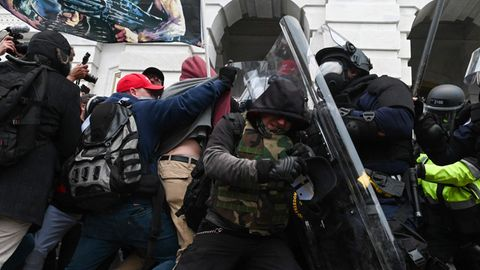 Randalierer treffen am Kapitol in Washington auf Polzisten