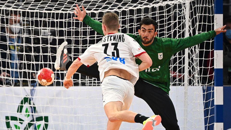 Handballer Timo Kastening erzielt ein Tor gegen Uruguay