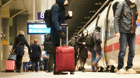 Am Hauptbahnhof kommen Passagiere mit Koffern und Gepäck zum ICE.