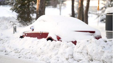 Ein Auto ist im Schnee verschüttet