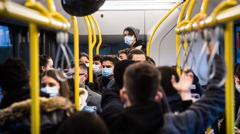 Coronavirus: Menschen stehen dichtgedrängt in einem Bus