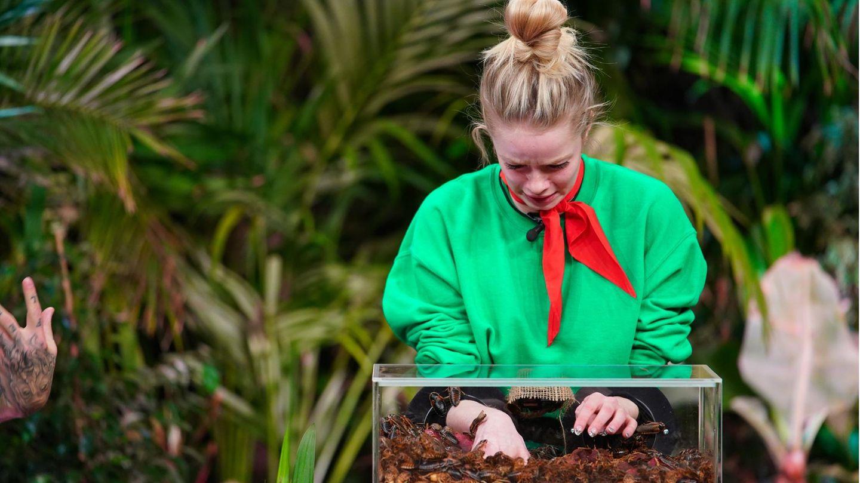 Auch Zoe Saip wühlt sich eher gequält durch Maden, Ameisen und Kakerlaken.