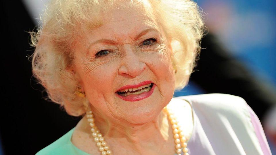 Noch nicht geimpft: Betty White verzichtet wegen der Coronapandemie auf eine Party zu ihrem 99. Geburtstag.