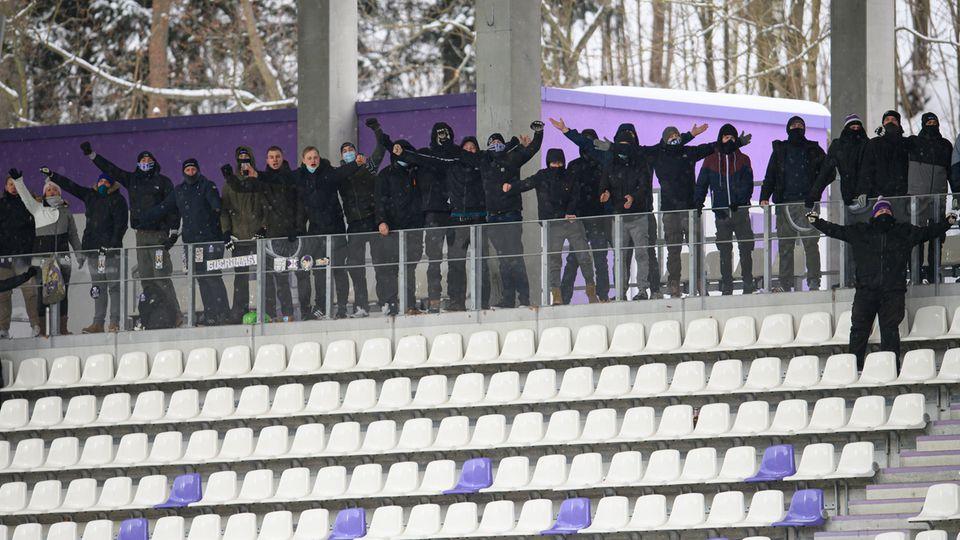 Fans von Aue auf der Tribüne des Erzgebirgsstadions