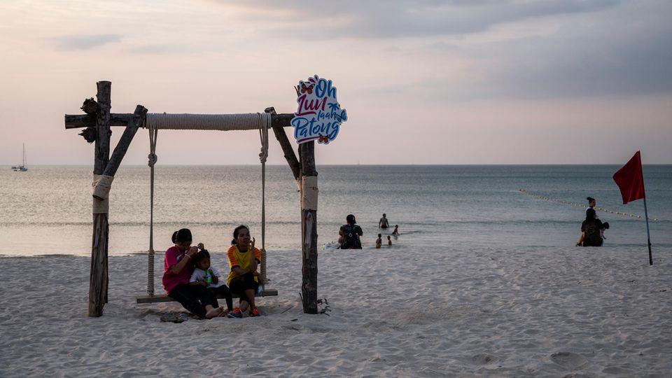 Phuket, Thailand. Ungewohnt ruhig ist es amPatong-Strand. Doch die Idylle hat einen Haken: Infolge der Coronavirus-Pandemie ist die thailändische Wirtschaft stark eingebrochen.Das Bruttoinlandsproduktdürfte 2020 um sechs Prozent geschrumpft sein, die Arbeitslosenzahl und die Verschuldung der privaten Haushalte steigen weiter an. Der Tourismus ist normalerweise ein wichtiger Wirtschaftsfaktor in dem asiatischen Land. Doch auf Urlauber in großen Mengen müssen die Menschen weiter warten.