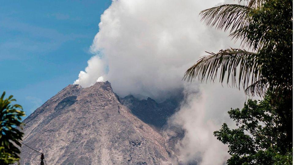 Der Vulkan Merapi spuckt Gestein und Asche aus