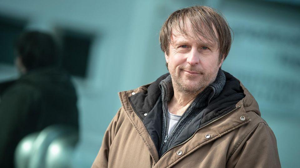 """Schauspieler Bjarne Mädel steht am Set des NDR Fernsehfilms """"Sörensen hat Angst""""."""