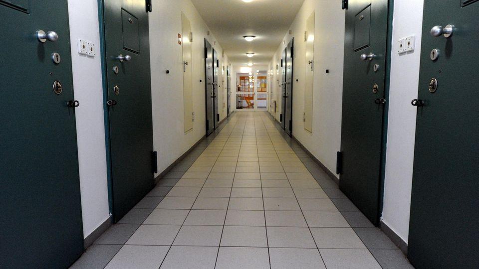 Ein Korridor in der Jugendarrestanstalt Moltsfelde, links und rechts dicke Stahltüren