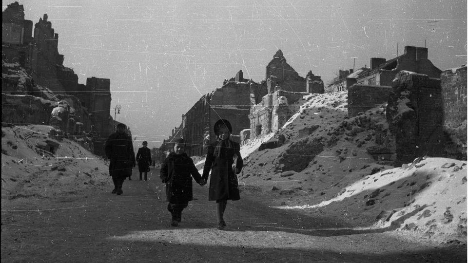 Den Kälteeinbruch gab es auch in Warschau. Aufnahme von 1947 in den Trümmern der Stadt.