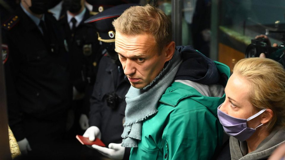 Alexej Nawalny bei seiner Festnahme am Moskauer Flughafen Scheremetjewo