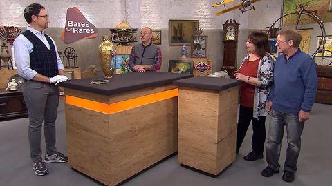 """""""Bares für Rares""""-Experte Colmar Schulte-Goltz und Horst Lichter bestaunen die Vase von Monika und Michael aus Dortmund."""