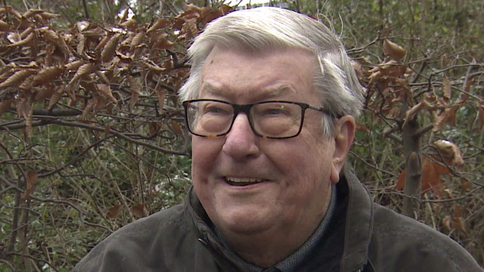 Klaus Dieter Jochen Lehmann se sienta en un banco