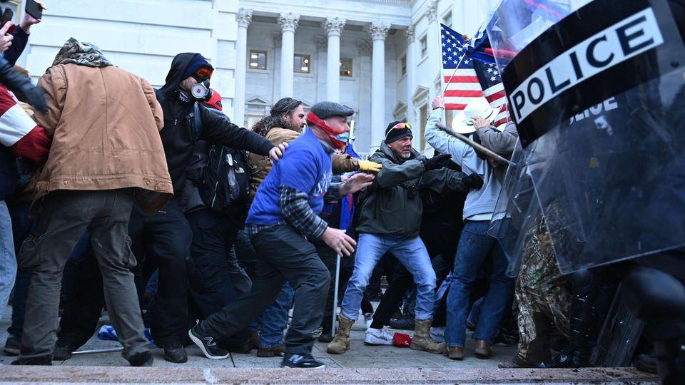 Trump-Anhänger stoßen mit Polizei zusammen