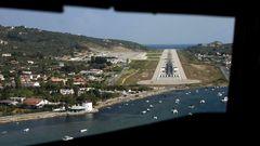 Bild 1 von 10 der Fotostrecke zum Klicken Ein Blick aus dem Cockpit einer ATR 72-500 der griechischen Sky Express beim Anflug auf die Piste 01 des Flughafens von Skiathos.