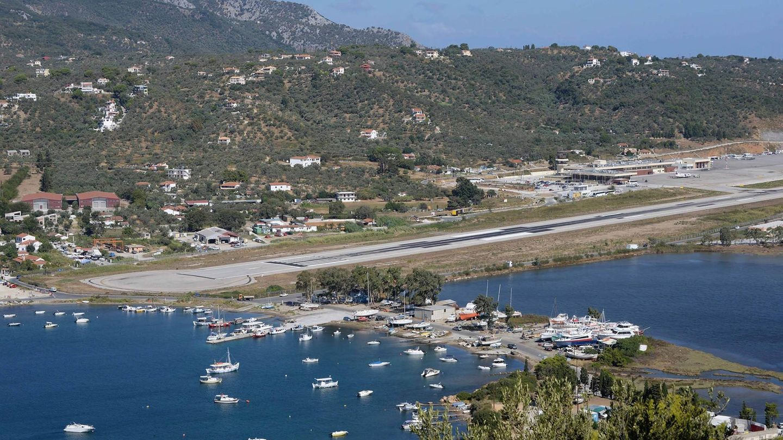 Die Pistedes Flughafens ist aufbeiden Enden der Landebahn von Wasser begrenztund dient gleichzeitig als Taxiway. Am Ende können sich dieFlugzeuge auf der Stelle um 180-Grad drehen.