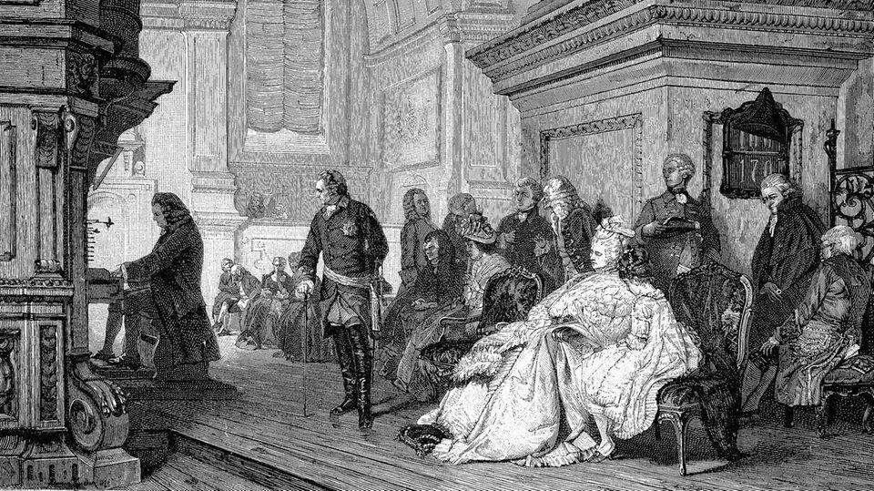 Friedrich der Große sitzt auf seinem Thron und hört Bach beim Musizieren zu