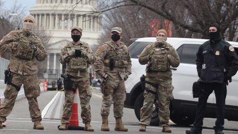US-Soldaten sperren eine Straße zum US-Kapitol