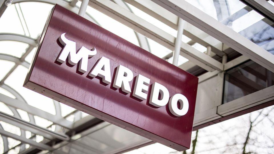 Der Maredo-Schriftzug hängt vor einem Restaurant in Düsseldorf