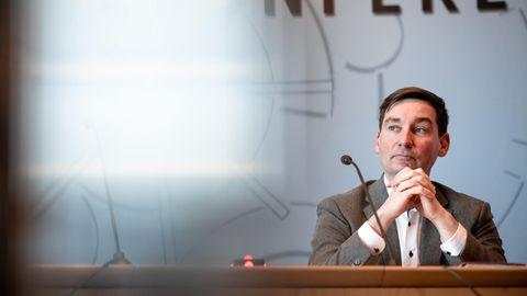 Sebastian Hartmann sitzt bei der Pressekonferenz und spricht zu den Journalisten