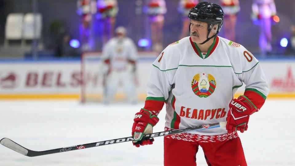 Alexander Lukaschenko, Präsident von Belarus und Eishockey-Hobbyspieler, ist die Weltmeisterschaft in seinem Land los