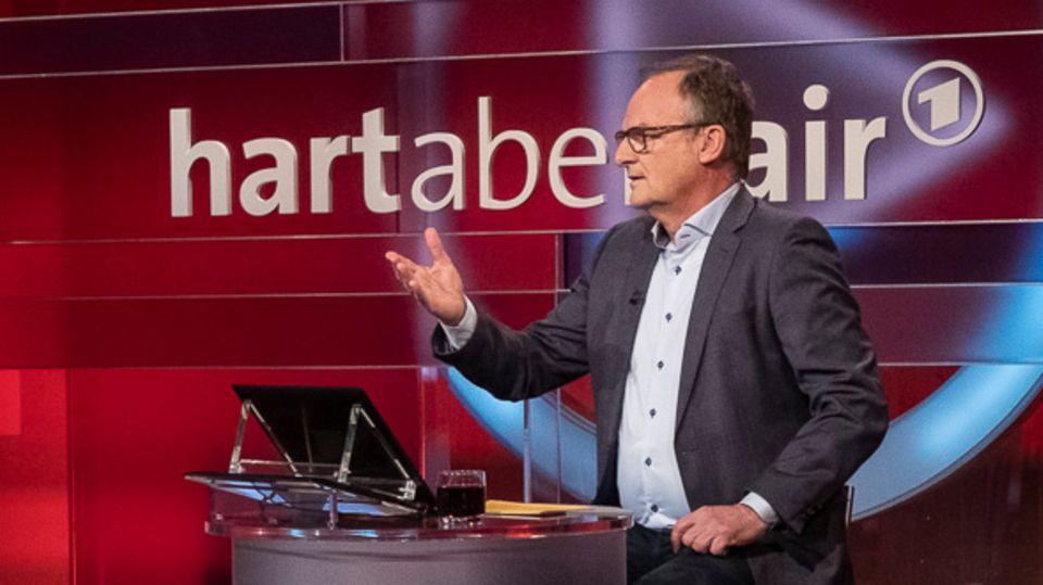 Frank Plasberg diskutiert mit seinen Gästen