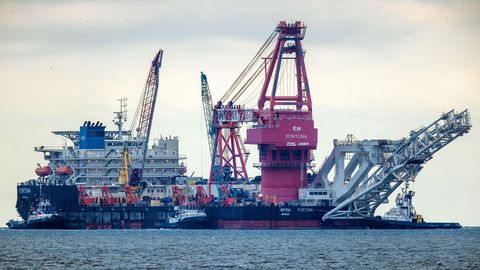 """Schlepper ziehen das russische Rohr-Verlegeschiff """"Fortuna"""" aus dem Hafen auf die Ostsee"""