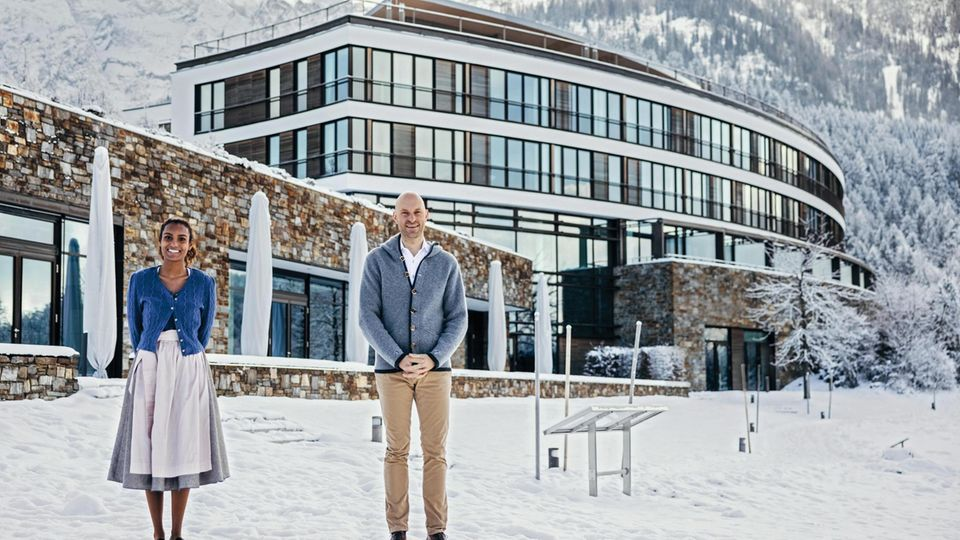 Auszubildende Karishma Stutz und Hoteldirektor Werner Müller