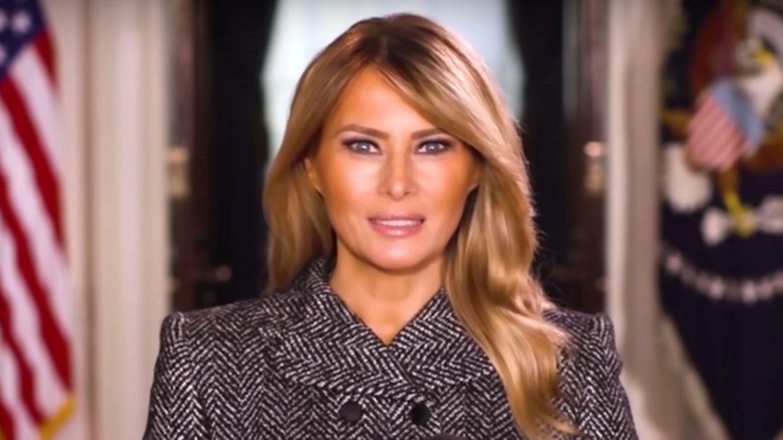 An einem Rednerpult mit Wappen des US-Präsidenten steht eine dunkelblonde Frau im Kostüm und spricht