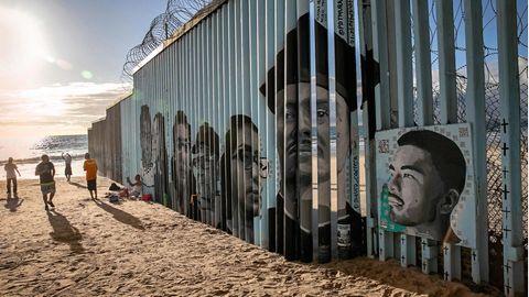 Grenzzaun zwischen Mexico und den USA mit Kunstwerk