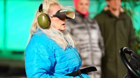 Kapitänin Bea Fiedler in Aktion. Zusammen mit Lars Tönsfeuerborn und Lydia Kelovitz muss sie die legendäre Auto-Dschungelprüfung absolvieren. Dabei gilt es, einen Buggy durch einen Parcours zu lenken.