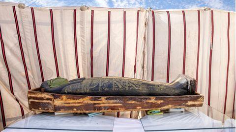 Ägypten, Giza: Ein antiker Sarkophag wird ausgestellt.