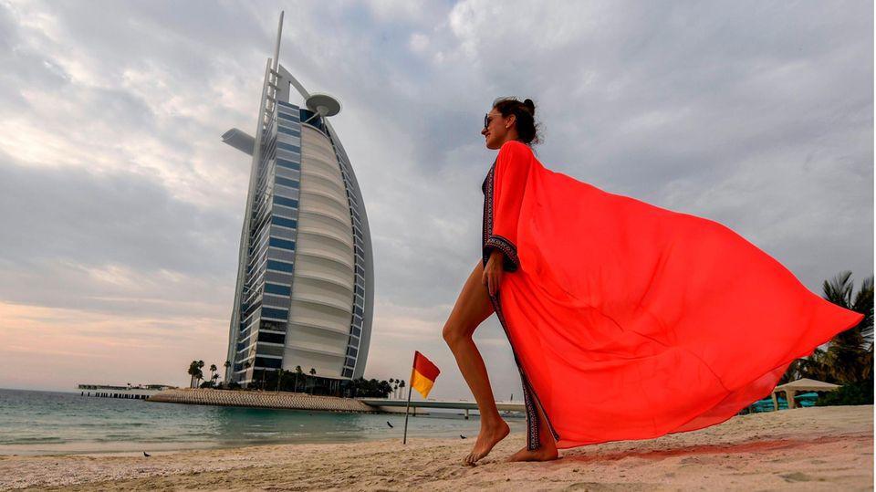 Eine Touristin vor dem HotelBurj al-Arab