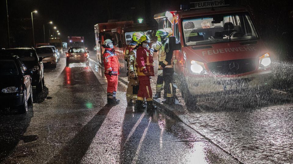 Einsatzfahrzeuge der Feuerwehr stehen in Kladow unweit eines Pflegeheimes