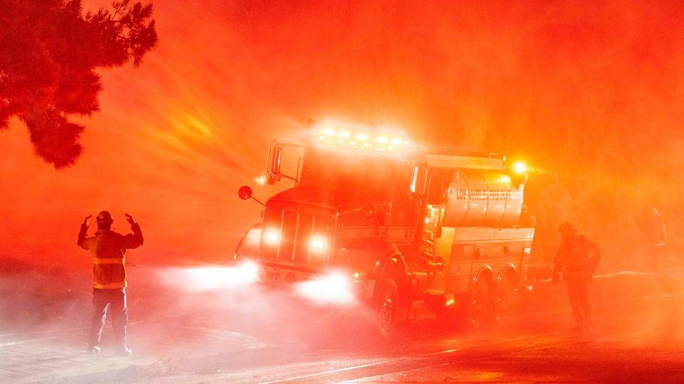 Sylmar, Vereinigte Staaten. Im US-Bundesstaat Kalifornien brennt es mal wieder, ungewöhnlich früh im Jahr. Starke Winde und Trockenheit bieten den Flammen immer neue Nahrung, inzwischen gab es Dutzende kleineFeuer wie hier entlang der Interstate 210. Die Feuerwehren zeigten sich US-Medien zufolge zuversichtlich, die Brände in den Griff zu bekommen.
