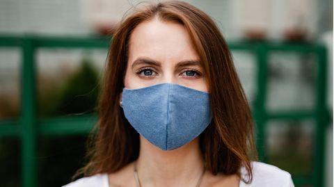 Coronavirus: Eine Frau trägt eine Stoffmaske