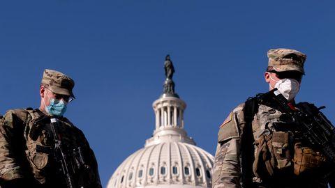 Vor der Kuppel des Kapitols in Washington sind zwei Mitglieder der US-Nationalgarde zu sehen