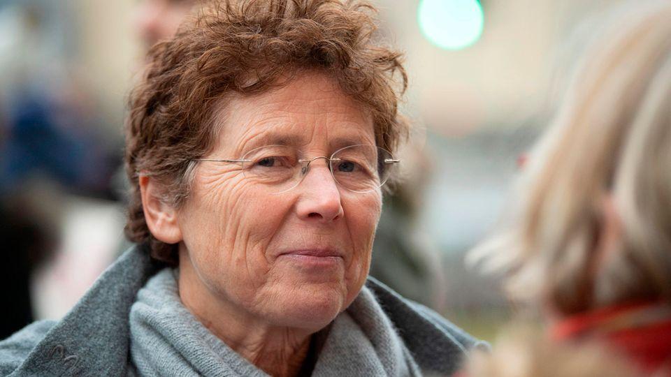 Die Gießener Frauenärztin Kristina Hänel steht vor einem Gericht zwischen ihren Unterstützerinnen.