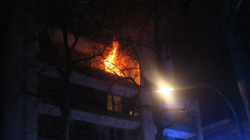 Eine Wohnung im Frankfurter Stadtteil Westend steht lichterloh in Flammen